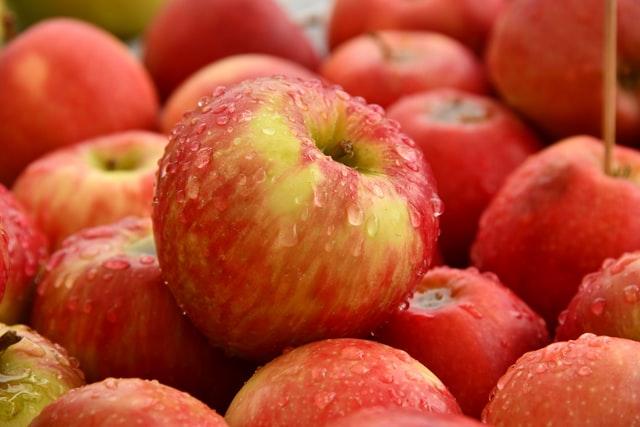 Saftige grovboller med æble og hasselnødder